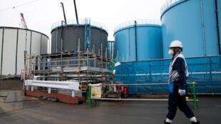 Các bễ chứa nước nhiễm phóng xạ đã được xử lý một phần tại Fukushima. Ảnh chụp ngày 23/02/2017.