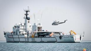 Une photo diffusée par la marine militaire italienne montre un navire et un hélicoptère italiens au début d'une opération de sauvetage en 2016 au large des côtes libyennes.