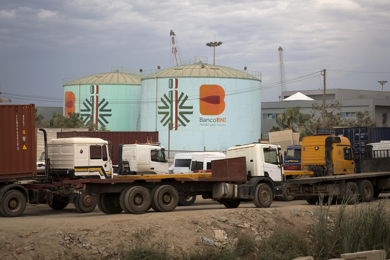 Des cuves de stockage de pétrole non loin du port de Luanda, en Angola.