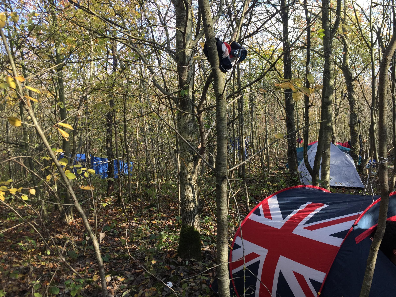 Campo de migrantes no bosque de Puythouck, na zona de Calais, no norte de França.