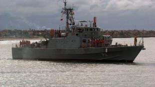 Navio no porto de Walvis Bay, tripulado por oficiais brasileiros