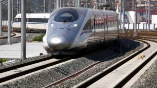O primeiro trem bala ligando Pequim a  Xangai.
