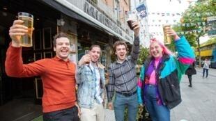 Devant le Murray's Bar rouvert à Dublin le 29 juin 2020, alors que les mesures de verrouillage commençaient à être assouplies. De nouvelles mesures pourraient menacer les pubs.