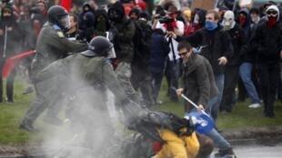 Cảnh sát Canada câu lưu sinh viên biểu tình tại Victoriaville, bang Québec (REUTERS)