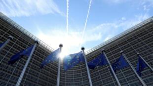 Foto de archivo: Las banderas de la Unión Europea ondean frente a la sede de la Comisión Europea en Bruselas, Bélgica, el 21 de agosto de 2020.