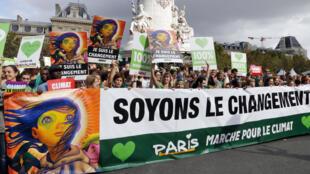 Environ 5 000 manifestants selon la police - 25 000 selon les organisateurs - ont marché ce dimanche 21 septembre à Paris contre le réchauffement climatique.