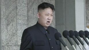 Ким Чен Ын выступает с первой публичной речью в Пхеньяне 15 апреля 2012.