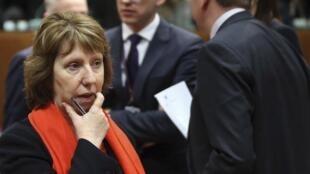 Mkuu wa sera zanje wa Umoja wa Ulaya Catherine Ashton amebaini kwamba amekua akitiwa wasiwasi na hali inayoendelea nchini Ukraine.