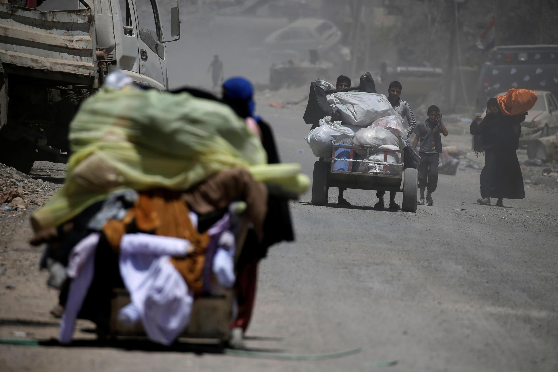 Иракские переселенцы покидают западную часть города Мосул, 31 мая 2017.