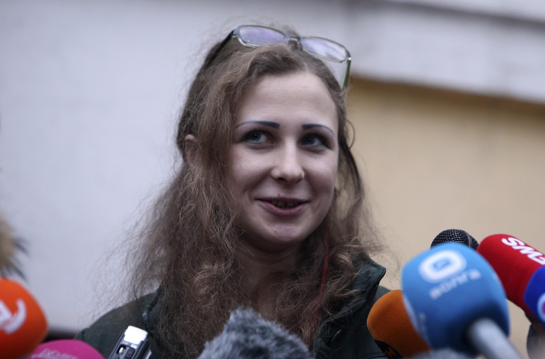 Maria Alyokhina یکی از اعضای گروه موسیقی Pussy Riot در جمع خبرنگاران، پس از آزادیاش از زندان.