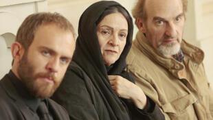 Les comédiens Babak Hamidian, Golab Adineh et Michel Vuillermoz dans le film « Les pieds dans le tapis » de Nader T. Homayoun.