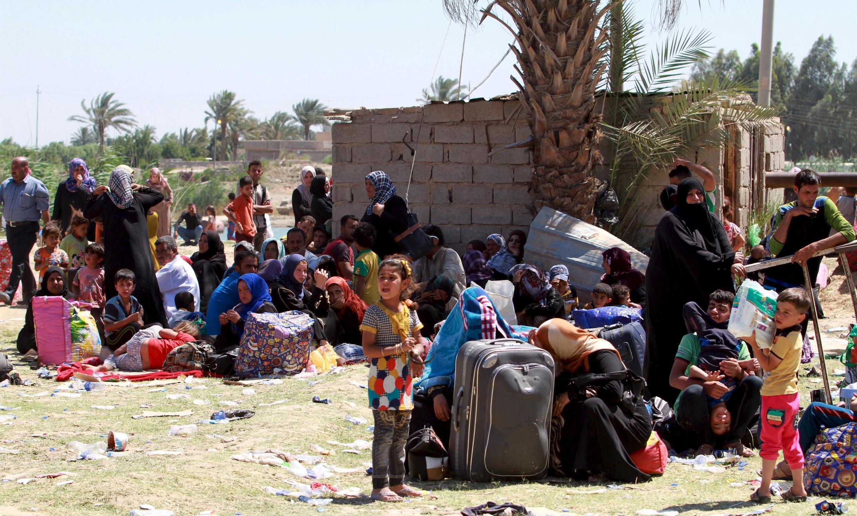 Milhares de moradores de Ramadi tiveram que fugir da cidade após a ofensiva do grupo Estado Islâmico.