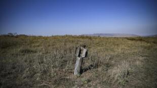 Un misil BM-30 Smerch sin explotar permanece incrustado en la tierra el 12 de octubre de 2020 a las afueras de Stepanakert, la principal ciudad de la región azerbaiyana de Nagorno Karabaj