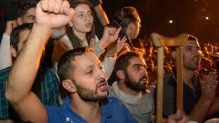 Hàng nghìn người ủng hộ thủ tướng Nikol Pachinian tập trung trước Nghị Viện tại Erevan, tối 03/10/2018.