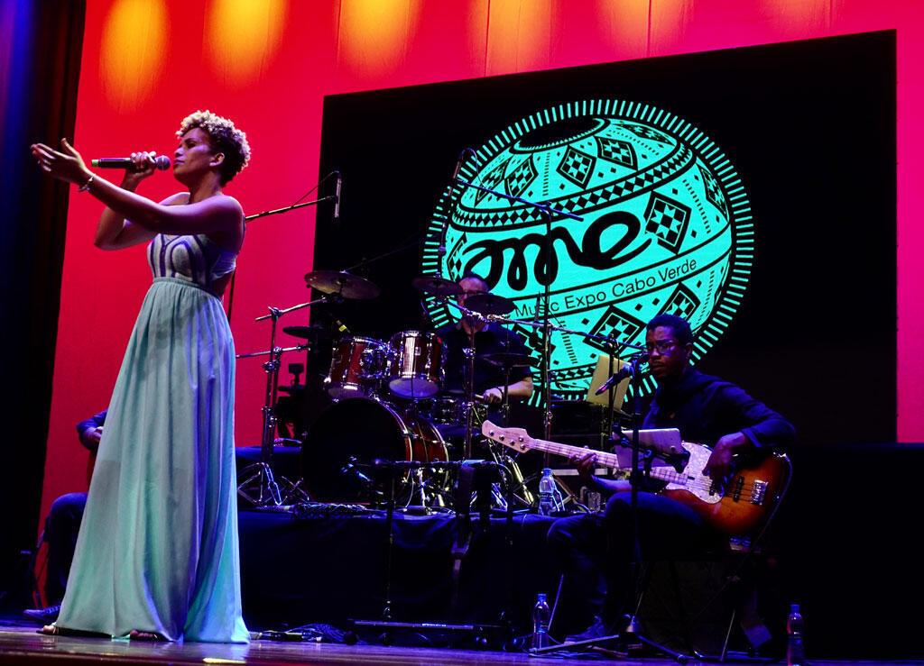 Cremilda Medina sur la scène de l'Assemblée nationale ce lundi soir pour l'ouverture de l'Atlantide music expo à Praia au Cap Vert.