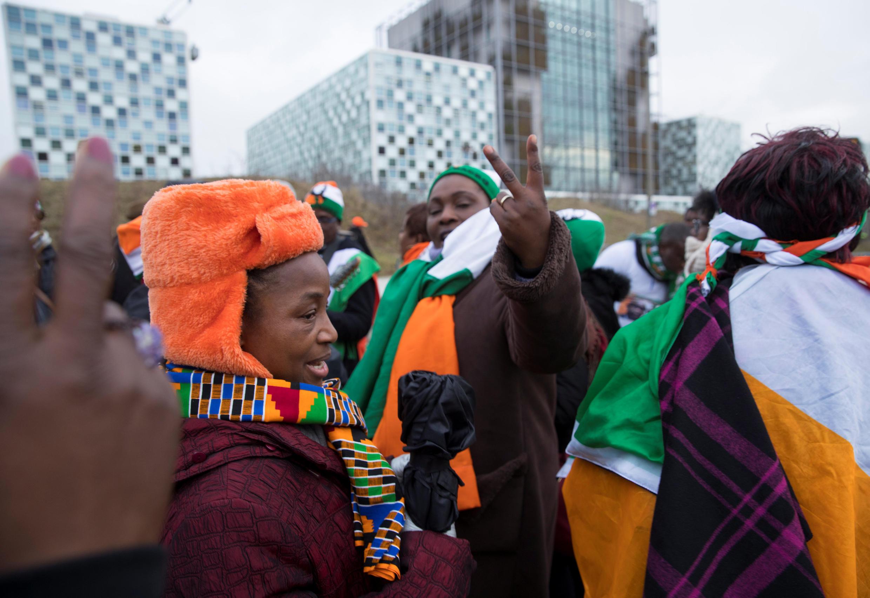 Des partisans de l'ancien président ivoirien Laurent Gbagbo réagissent à son acquittement, le 15 janvier 2019 à La Haye devant le siège de la CPI.