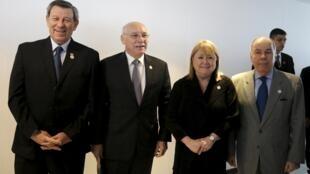 Los cancilleres del Mercosur posan antes de la cumbre de los dirigentes del Mercosur y sus estados asociados, en Paraguay, el 20 de diciembre de 2015.