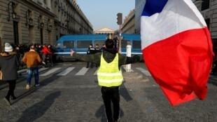 Un manifestant appartenant aux «gilets jaunes» à Paris lors d'une journée de grèves et de manifestations à l'échelle nationale en France, le 24 janvier 2020.