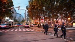 Теракт в Вене: как минимум четверо погибших, один нападавший застрелен, второй разыскивается.