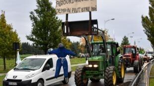 """""""Hoje foi ele, amanhã poderá ser eu"""": boneco enforcado em trator simula suicídio, em referência à epidemia de suicídios de agricultores na França, durante protesto em 22 de outubro de 2019."""