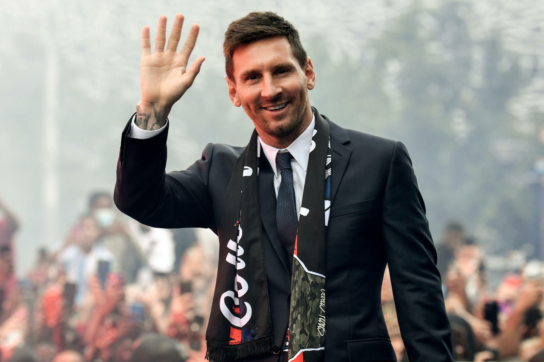 La nouvelle recrue du Paris Saint-Germain, l'Argentin Lionel Messi, salue les supporters venus l'acclamer, le 11 août 2021 devant le Parc des Princes, après sa présentation officielle en conférence de presse