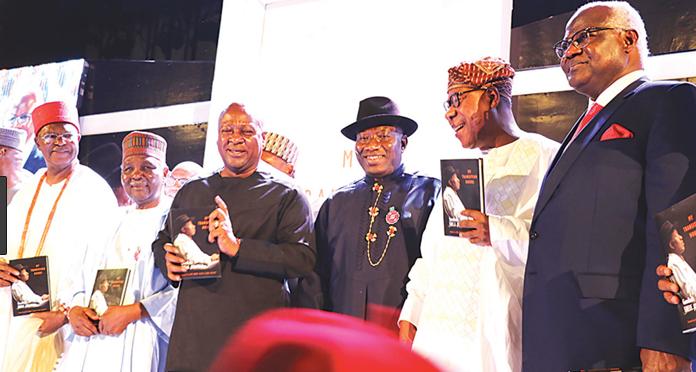 Tsohon shugaban Najeriya, Goodluck Jonathan tare da wasu manyan baki a bikin kaddamar da littafinsa a Abuja.