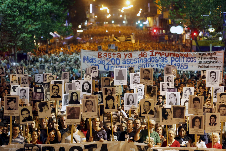 Los uruguayos exigieron saber el destino de sus familiares desaparecidos durante la dictadura en una manifestación, Montevideo, 20 de mayo de 2015.
