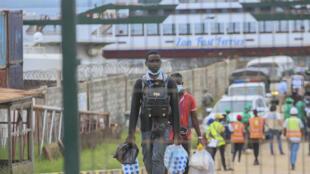 Habitantes de Palma, en el norte de Mozambique, evacuados tras el ataque yihadista a su ciudad, llegan a Pemba el 1 de abril de 2021