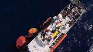 """Imagen del buque de rescate """"Louise Michel"""", financiado por Banksy, en el mar Mediterráneo, que había enviado una señal de socorro el 28 de agosto con más de 200 migrantes a bordo"""