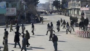 Forças de segurança afegãs tentam conter protestos anti-americanos em Kunduz, onde a exploséao de uma granada deixou sete militares americanos feridos.