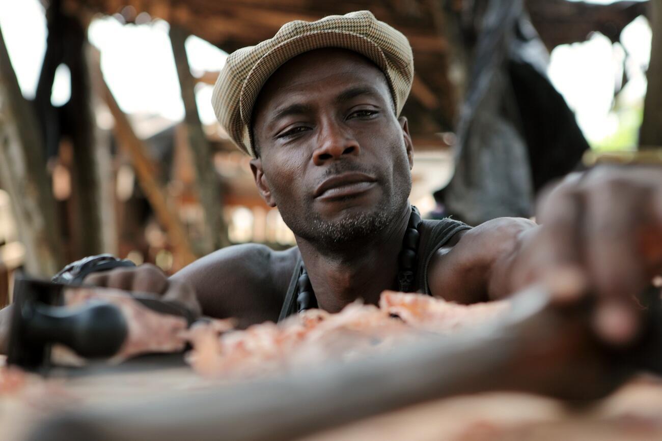 Jean-Servais Somian dans son atelier de Grand-Bassam (Côte d'Ivoire).