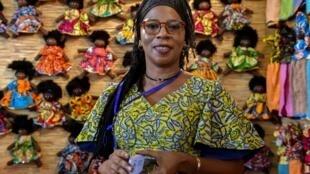 La couturière africaine Mare Abibou lors de la cérémonie d'ouverture du Salon international des arts et de l'artisanat (SIAO) à Ouagadougou, Burkina Faso, le 26 octobre 2018.