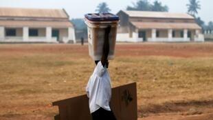 Un homme transporte du matériel électoral à Bangui pour la présidentielle et les législatives en RCA du 14 février 2016.
