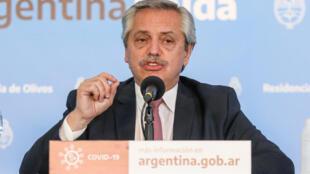 En esta foto de Presidencia Argentina se ve al mandatario Alberto Fernández en una conferencia de prensa en la residencia de Olivos, Buenos Aires, Argentina, el 4 de junio de 2020