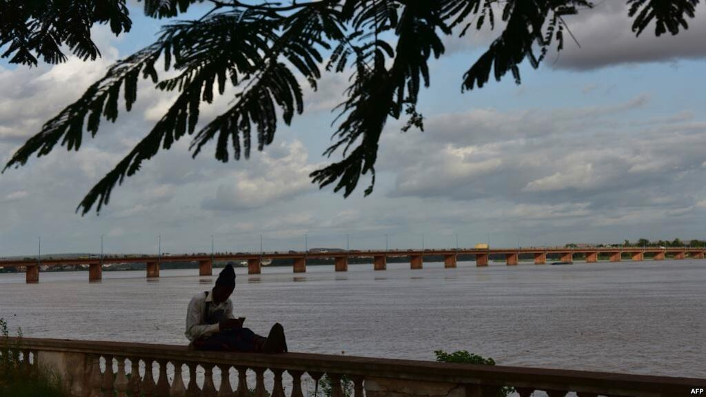 Mtu huyu akikaa kando ya Mto Niger huko Bamako Julai 31, 2018.