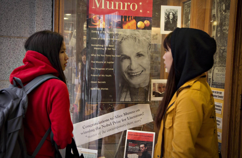 Foto de Alice Munro en la vitrina de una librería en Victoria, Canadá.