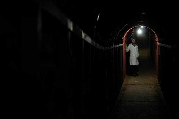 Le docteur Amani Ballour dans un couloir de l'hôpital souterrain de la Ghouta près de Damas.