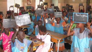 Des écoliers dans une salle de classe au Sénégal.