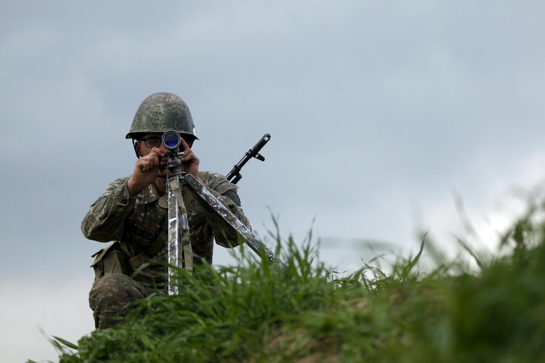 Солдат сил Нагорного Карабаха на линии соприкосновения 7 апреля 2016