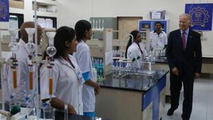 Ấn Độ là nơi cung cấp nhiều lao động trình độ cao cho thị trường Mỹ. Trong ảnh, ông Joe Biden, phó tổng thống Mỹ nhiệm kỳ trước tới thăm một viện công nghệ Ấn Độ (The Indian Institute of Technology) ở Mumbai.