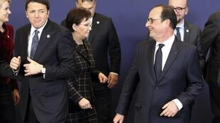 No primeiro plano, o primeiro-ministro italiano, Matteo Renzi (esq), e o presidente da França, François Hollande (dir), no final da Cúpula da União Europeia.