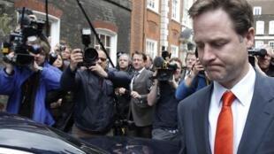 El liberal-demócrata Nick Clegg parece decidido a negociar un acuerdo con el Partido conservador..