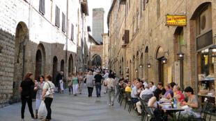 Une scène de rue et des habitations en Italie. Ici à San Gimignano.
