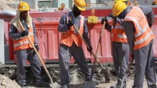 Des ouvriers travaillent sur un chantier à Doha, le 16 novembre 2014.