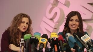 Maria Alyokhina (esquerda) e Adezhda Tolokonnikova concederam uma entrevista coletiva nesta sexta-feira.