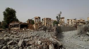 """تصویری از """"رقه"""" در شمال شرقی سوریه در تاریخ ۱۵ اکتبر ٢٠۱٩. سازمان عفو بینالملل اعلام کرد که در فاصله ماه ژوئن تا اکتبر سال ۲۰۱۷ حداقل ۱۶۰۰ غیرنظامی در اثر بمبارانهای هوایی ارتش آمریکا، بریتانیا و فرانسه در این شهر کشته شدهاند."""