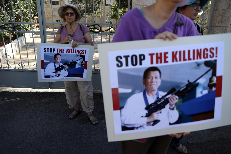 Một số người Philippines biểu tình phản đối tổng thống Rodrigo Duterte, bên ngoài phủ tổng thống Israel Reuven Rivlin, tại Jerusalem ngày 04/09/2018.