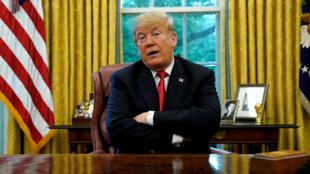 Tổng thống Mỹ Donald Trump nói chuyện với các nhà báo tại Phòng Bầu Dục, Nhà Trắng, Washington, 10/10/2018.
