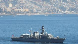 Foto de arquivo mostra o navio chileno Almirante Lynch, em Valparaíso.