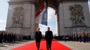 Presidentes francês e chinês, respectiva Emmanuel Macron e Xi Jinping no Arco do Triunfo em Paris a 25 de Março de 25, 2019.
